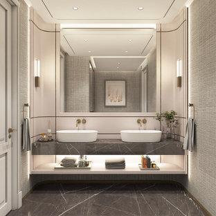 Exempel på ett stort modernt grå grått toalett, med beige skåp, marmorgolv, öppna hyllor, beige kakel, beige väggar, ett fristående handfat, marmorbänkskiva och grått golv