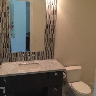 Неиссякаемый источник вдохновения для домашнего уюта: туалет среднего размера в стиле современная классика с плоскими фасадами, коричневыми фасадами, раздельным унитазом, бежевой плиткой, серой плиткой, удлиненной плиткой, бежевыми стенами, полом из ламината, врезной раковиной, столешницей из талькохлорита и серым полом