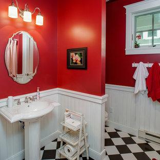 Foto de aseo de estilo americano, de tamaño medio, con puertas de armario blancas, sanitario de una pieza, baldosas y/o azulejos blancas y negros, baldosas y/o azulejos de cerámica, paredes rojas, suelo de baldosas de cerámica y lavabo con pedestal