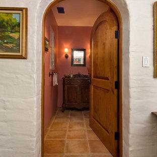 Idee per un bagno di servizio mediterraneo di medie dimensioni con consolle stile comò, ante in legno bruno, pavimento in terracotta e top in legno