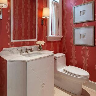 Idee per un bagno di servizio tradizionale con lavabo sottopiano, ante lisce, ante bianche, top in marmo, piastrelle beige, pareti rosse e WC monopezzo