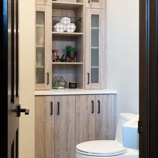 Ispirazione per un bagno di servizio moderno di medie dimensioni con ante lisce, ante grigie, WC monopezzo, pistrelle in bianco e nero, piastrelle di marmo, pareti grigie, pavimento con piastrelle in ceramica, lavabo sospeso, top in quarzite, pavimento nero e top bianco