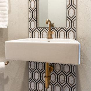 Пример оригинального дизайна: туалет среднего размера в стиле модернизм с плоскими фасадами, серыми фасадами, унитазом-моноблоком, черно-белой плиткой, мраморной плиткой, серыми стенами, полом из керамической плитки, подвесной раковиной, столешницей из кварцита, черным полом и белой столешницей