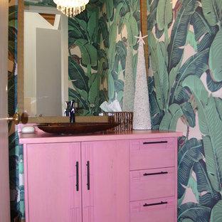 ロサンゼルスのトロピカルスタイルのおしゃれなトイレ・洗面所 (ピンクの洗面カウンター) の写真
