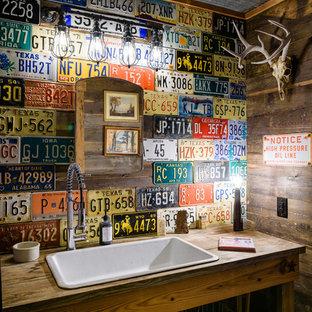 Diseño de aseo bohemio, pequeño, con lavabo encastrado, encimera de madera, armarios abiertos, puertas de armario de madera oscura y encimeras marrones