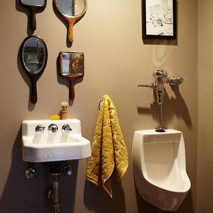 Immagine di un bagno di servizio boho chic con lavabo sospeso e orinatoio