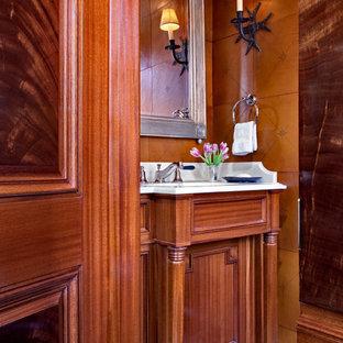Idées déco pour un petit WC et toilettes classique avec un lavabo encastré, un placard en trompe-l'oeil, des portes de placard en bois brun, un plan de toilette en marbre, un WC séparé, un carrelage blanc, un carrelage de pierre, un mur marron, un sol en calcaire et un plan de toilette blanc.
