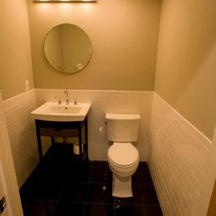 Idee per un piccolo bagno di servizio classico con lavabo a colonna, ante nere, WC a due pezzi, piastrelle bianche, pareti beige e piastrelle diamantate