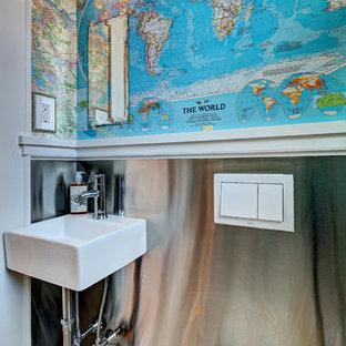 Ispirazione per un piccolo bagno di servizio bohémian con lavabo sospeso, WC sospeso e pareti multicolore