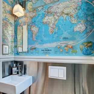 Cette image montre un petit WC et toilettes bohème avec un lavabo suspendu et un mur multicolore.