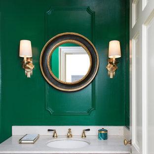 Неиссякаемый источник вдохновения для домашнего уюта: туалет в классическом стиле с черными фасадами, зелеными стенами, врезной раковиной, белой столешницей, встроенной тумбой, фасадами с выступающей филенкой и потолком с обоями