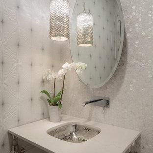 Moderne Gästetoilette mit Waschtischkonsole, weißen Fliesen, Mosaikfliesen und weißer Waschtischplatte in Sonstige
