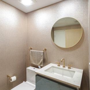 ロサンゼルスの小さいコンテンポラリースタイルのおしゃれなトイレ・洗面所 (ガラス扉のキャビネット、黒いキャビネット、一体型トイレ、磁器タイルの床、アンダーカウンター洗面器、クオーツストーンの洗面台、白い床、白い洗面カウンター、フローティング洗面台、壁紙) の写真