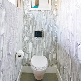 Стильный дизайн: туалет в стиле фьюжн с черными стенами и зеленым полом - последний тренд