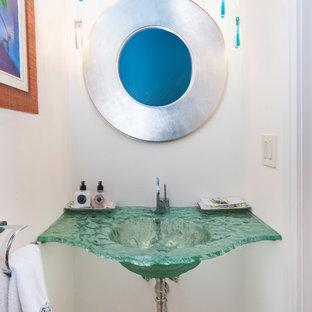 Идея дизайна: маленький туалет в морском стиле с белыми стенами, светлым паркетным полом, монолитной раковиной, стеклянной столешницей, коричневым полом и зеленой столешницей