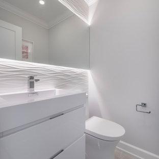 Cette photo montre un WC et toilettes moderne de taille moyenne avec un placard à porte plane, des portes de placard blanches, un WC à poser, un carrelage blanc, des carreaux de céramique, un mur gris, un sol en ardoise, un lavabo intégré, un plan de toilette en quartz modifié, un sol gris et un plan de toilette blanc.