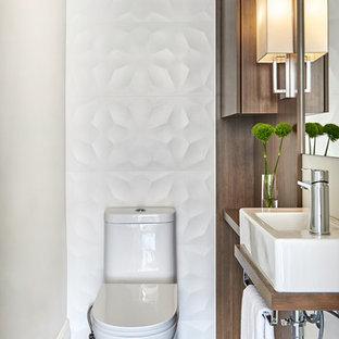 Идея дизайна: маленький туалет в современном стиле с плоскими фасадами, фасадами цвета дерева среднего тона, раздельным унитазом, белой плиткой, керамогранитной плиткой, полом из керамогранита, столешницей из дерева, коричневой столешницей, подвесной раковиной, коричневым полом и бежевыми стенами