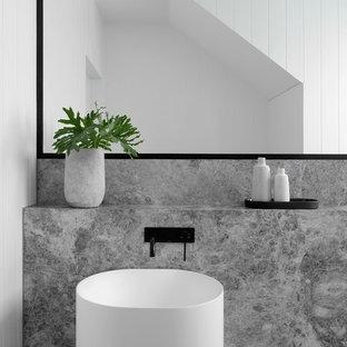 Foto di un grande bagno di servizio design con WC monopezzo, piastrelle bianche, pareti bianche, pavimento con piastrelle in ceramica, lavabo a colonna, top in marmo, pavimento grigio e top grigio