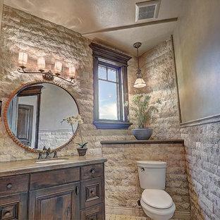 Источник вдохновения для домашнего уюта: большой туалет в стиле рустика с накладной раковиной, темными деревянными фасадами, столешницей из бетона, унитазом-моноблоком, белой плиткой, каменной плиткой и фасадами с выступающей филенкой