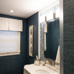 Стильный дизайн: маленький туалет в стиле современная классика с плоскими фасадами, белыми фасадами, унитазом-моноблоком, синей плиткой, плиткой из листового стекла, синими стенами, полом из керамической плитки, врезной раковиной и бежевым полом - последний тренд