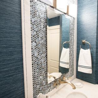 Идея дизайна: маленький туалет в стиле современная классика с плоскими фасадами, белыми фасадами, унитазом-моноблоком, синей плиткой, плиткой из листового стекла, синими стенами, полом из керамической плитки, врезной раковиной и бежевым полом
