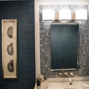 Свежая идея для дизайна: маленький туалет в стиле современная классика с плоскими фасадами, белыми фасадами, унитазом-моноблоком, синей плиткой, плиткой из листового стекла, синими стенами, полом из керамической плитки, врезной раковиной и бежевым полом - отличное фото интерьера