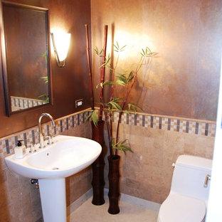 Foto de aseo asiático, pequeño, con sanitario de una pieza, baldosas y/o azulejos beige, baldosas y/o azulejos de travertino, paredes marrones, suelo de baldosas de porcelana, lavabo con pedestal y suelo beige