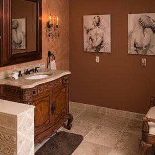Foto di un piccolo bagno di servizio tradizionale con ante con riquadro incassato, ante in legno bruno, pareti beige, pavimento in travertino, lavabo sottopiano, top in marmo e pavimento beige