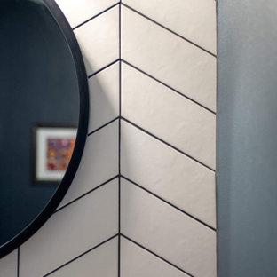 Идея дизайна: маленький туалет в стиле современная классика с фасадами островного типа, коричневыми фасадами, белой плиткой, керамической плиткой, синими стенами, полом из мозаичной плитки, консольной раковиной, столешницей из искусственного кварца, зеленым полом и белой столешницей