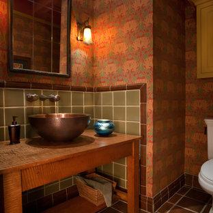 Inspiration pour un petit WC et toilettes craftsman avec un placard sans porte, des portes de placard en bois brun, un WC séparé, un carrelage rouge, des carreaux de céramique, un mur rouge, un sol en travertin, une vasque, un plan de toilette en bois, un sol marron et un plan de toilette marron.
