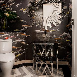 Idee per un bagno di servizio minimal con WC monopezzo, piastrelle grigie, pareti nere, pavimento in marmo, lavabo a colonna e top in acciaio inossidabile