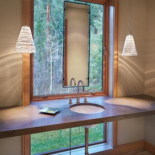 Diseño de aseo actual, de tamaño medio, con lavabo bajoencimera, encimera de cuarzo compacto, suelo de piedra caliza y bidé
