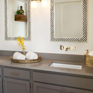 Foto di un bagno di servizio contemporaneo di medie dimensioni con ante con bugna sagomata, ante grigie, pareti bianche, lavabo sottopiano e top in quarzo composito
