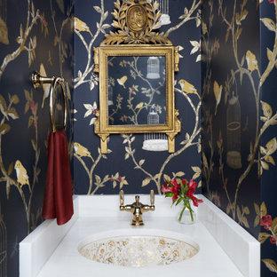 Неиссякаемый источник вдохновения для домашнего уюта: маленький туалет в классическом стиле с фасадами с выступающей филенкой, бежевыми фасадами, унитазом-моноблоком, синими стенами, полом из керамической плитки, врезной раковиной, столешницей из кварцита, бежевым полом и белой столешницей