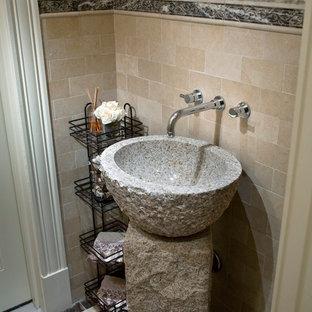 Inspiration pour un petit WC et toilettes traditionnel avec une vasque, un carrelage beige, un carrelage de pierre, un mur beige et un sol en marbre.