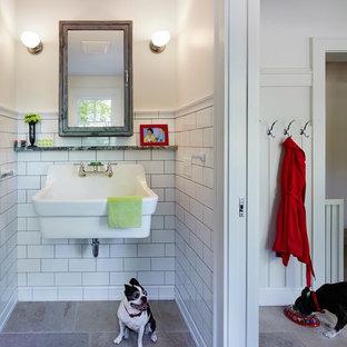 ミネアポリスの小さいトラディショナルスタイルのおしゃれなトイレ・洗面所 (壁付け型シンク、白いタイル、白い壁、ライムストーンの床、サブウェイタイル) の写真