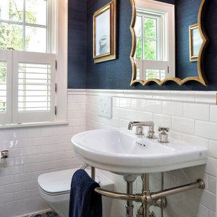 ミネアポリスの小さい地中海スタイルのおしゃれなトイレ・洗面所 (壁掛け式トイレ、白いタイル、セラミックタイル、青い壁、セラミックタイルの床、コンソール型シンク、青い床、独立型洗面台、クロスの天井、壁紙) の写真