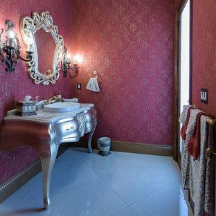 Idee per un piccolo bagno di servizio mediterraneo con consolle stile comò, ante grigie, WC monopezzo, pareti rosse, pavimento in gres porcellanato, lavabo a bacinella e top in superficie solida
