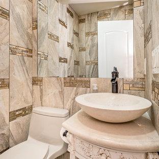 Идея дизайна: маленький туалет в средиземноморском стиле с настольной раковиной, открытыми фасадами, бежевыми фасадами, столешницей из гранита, унитазом-моноблоком, бежевой плиткой, керамогранитной плиткой и полом из керамогранита