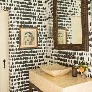 Esempio di un bagno di servizio mediterraneo con lavabo a bacinella, pareti multicolore e pavimento in terracotta