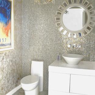 Ispirazione per un bagno di servizio design di medie dimensioni con consolle stile comò, ante bianche e piastrelle di vetro
