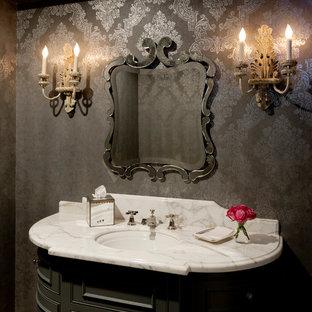 Réalisation d'un WC et toilettes victorien avec un placard en trompe-l'oeil, des portes de placard grises, un mur gris, un plan de toilette en marbre, un lavabo encastré et un plan de toilette blanc.