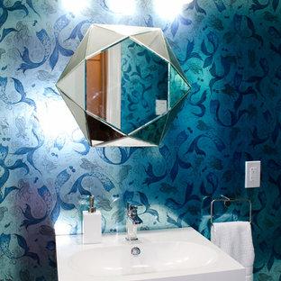 Неиссякаемый источник вдохновения для домашнего уюта: маленький туалет в стиле фьюжн с подвесной раковиной, плоскими фасадами, белыми фасадами и синими стенами