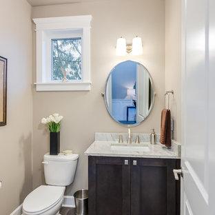 Свежая идея для дизайна: маленький туалет в классическом стиле с фасадами с утопленной филенкой, темными деревянными фасадами, раздельным унитазом, бежевыми стенами, темным паркетным полом, врезной раковиной и столешницей из гранита - отличное фото интерьера