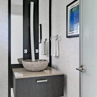 Moderne Gästetoilette mit Aufsatzwaschbecken und grauer Waschtischplatte in Miami