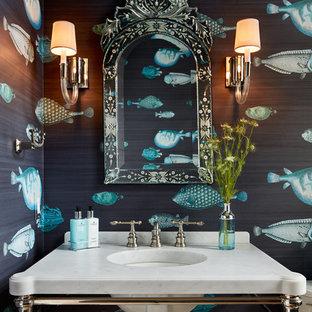 Mittelgroße Maritime Gästetoilette mit offenen Schränken, weißen Schränken, blauer Wandfarbe, Unterbauwaschbecken und Marmor-Waschbecken/Waschtisch in Chicago