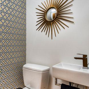 Exemple d'un petit WC et toilettes rétro avec un WC séparé, un mur blanc et un lavabo suspendu.