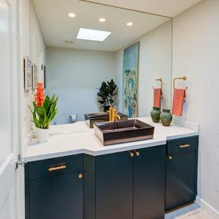 サンフランシスコのミッドセンチュリースタイルのおしゃれなトイレ・洗面所 (ルーバー扉のキャビネット、紫のキャビネット) の写真