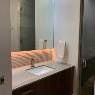 На фото: большой туалет в стиле ретро с плоскими фасадами, коричневыми фасадами, бежевой плиткой, керамогранитной плиткой, белыми стенами, полом из керамогранита, врезной раковиной, столешницей из искусственного кварца, серым полом и серой столешницей
