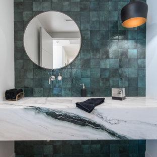 Esempio di un bagno di servizio minimalista con piastrelle verdi, pareti bianche, parquet chiaro, lavabo integrato, pavimento beige e top multicolore